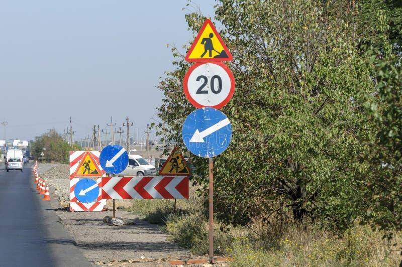 Дорожные знаки во время ремонтных работ стоковые изображения rf