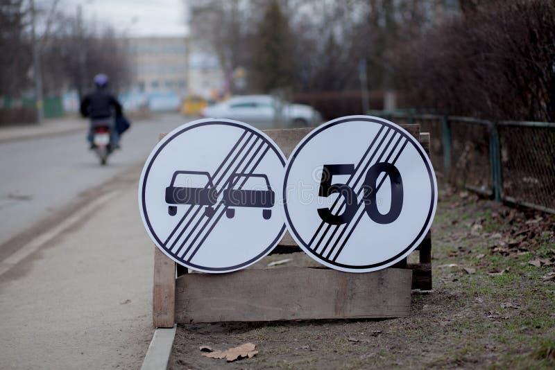 Дорожные знаки, крюковина, ремонт дороги на предпосылке улицы, тележка и отверстие экскаватора выкапывая стоковая фотография