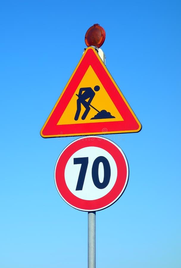 Дорожные знаки ограничения в скорости работы в процессе стоковое изображение rf