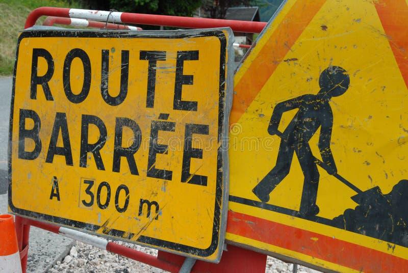 Дорожные знаки показывая дорогу запертую во французском иллюстрация вектора
