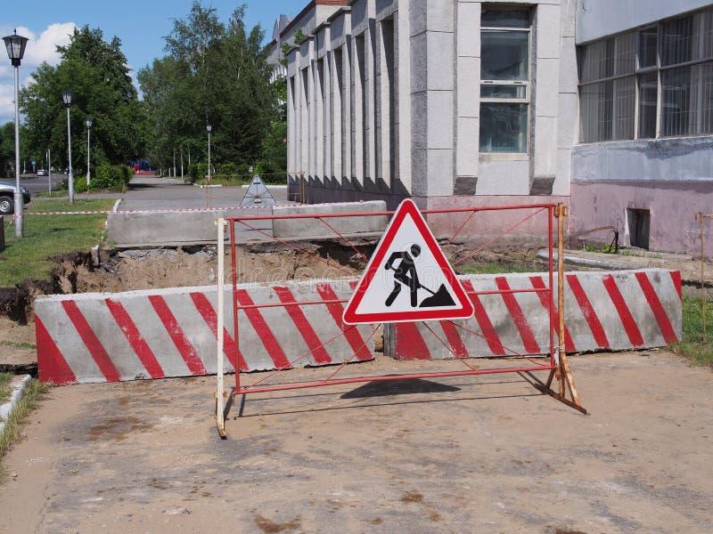 Дорожные знаки под реконструкцией стоковое фото rf