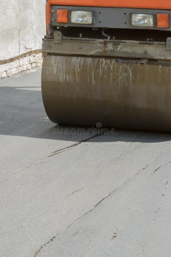 Дорожные работы Класть асфальт Лицевая часть катка асфальта показана ремонт дороги уплотнение  стоковое фото rf