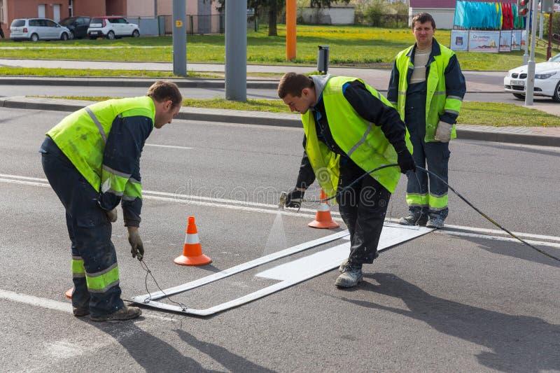 Дорожные разметки работников прикладные стоковое фото rf