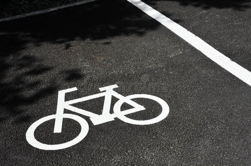 Дорожный знак, белый знак велосипедной парковки, нарисованный на асфальтном полу, место для копирования стоковые изображения