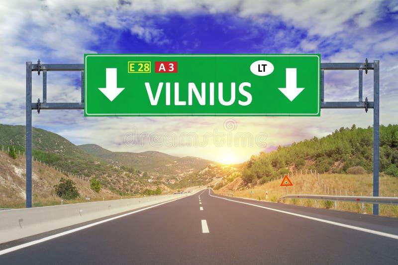 Дорожный знак Вильнюса на шоссе стоковые фото