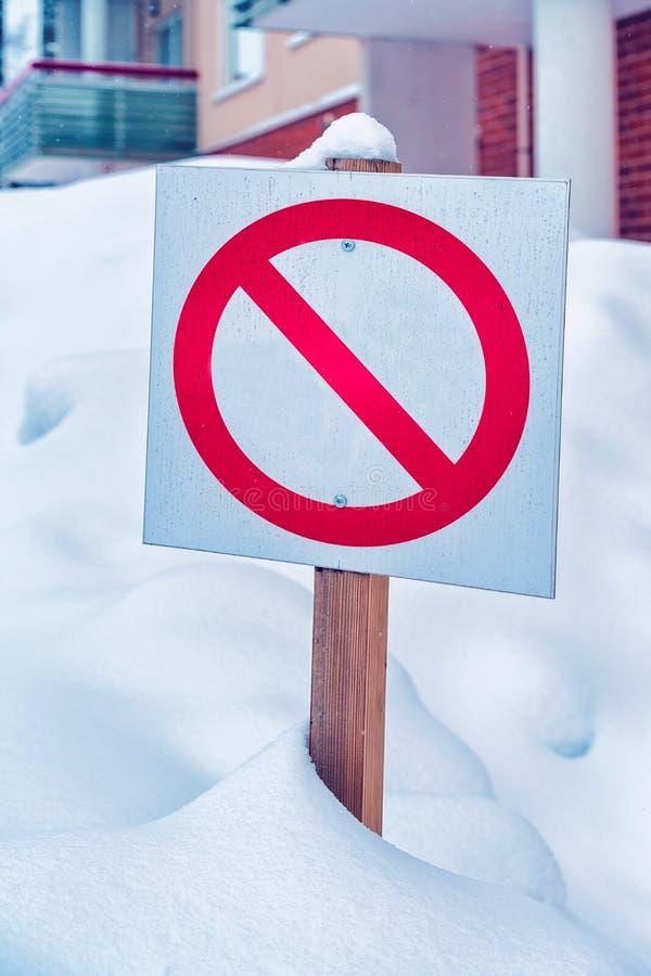 Дорожный знак в улице в зиме Rovaniemi стоковые фотографии rf
