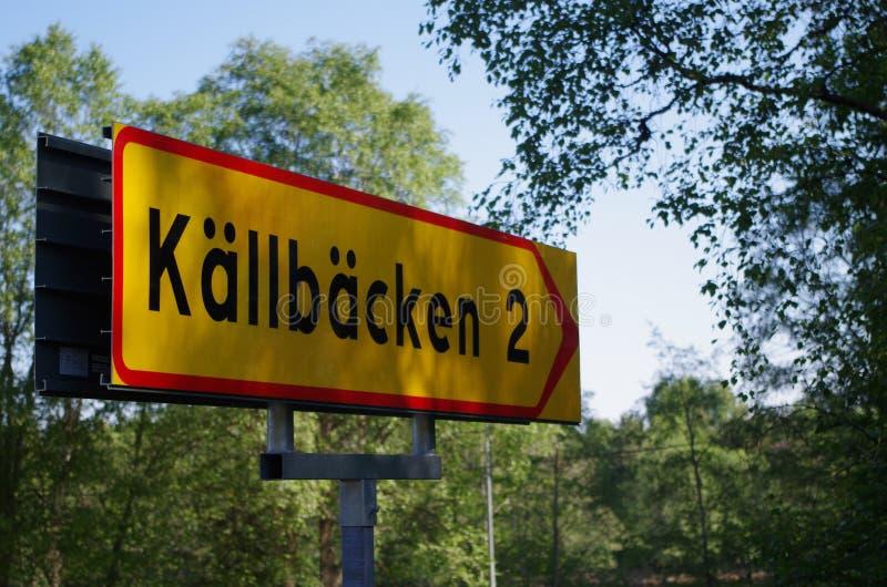 Дорожный знак давая направления к городку стоковые фото