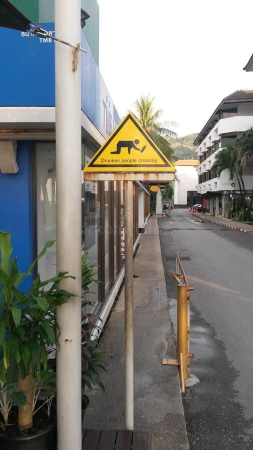 дорожный знак для пьяных людей стоковое изображение