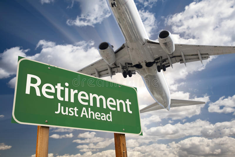 Дорожный знак и самолет выхода на пенсию зеленые выше стоковые изображения rf