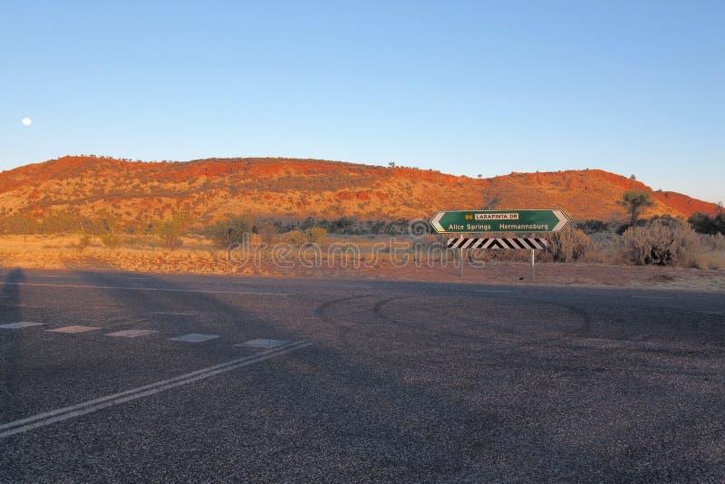 Дорожный знак на приводе Larapinta, западное MacDonnell выстраивает в ряд стоковые фотографии rf
