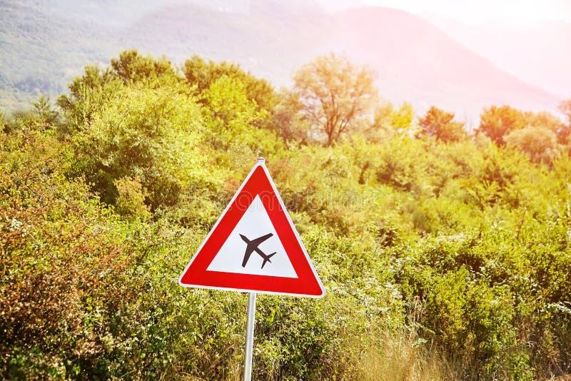Дорожный знак низкого самолета воздушных судн летания предупреждающий стоковое фото