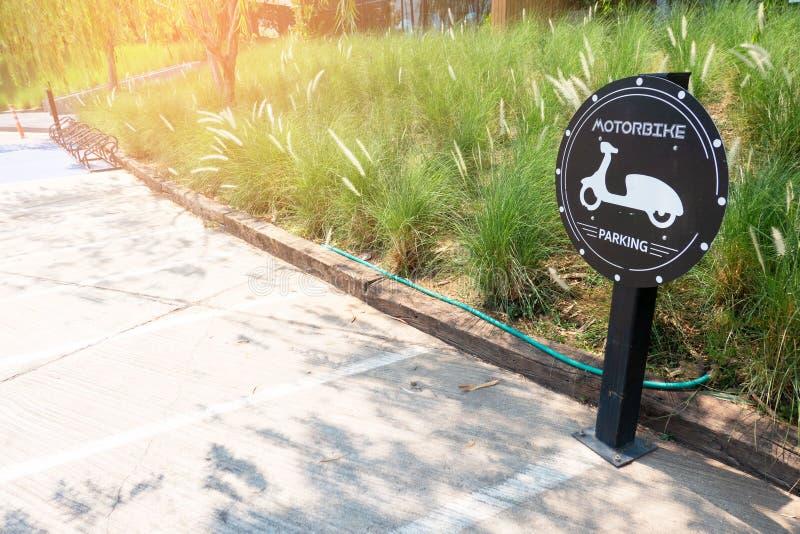 Дорожный знак о стоянке мотоцикла в park Знак автостоянки мотоцилк стоковые фотографии rf