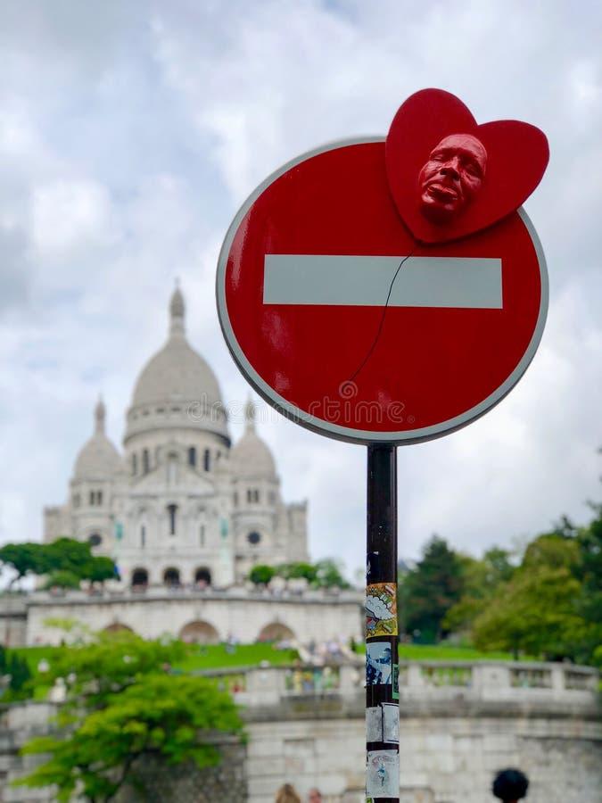 Дорожный знак перед базиликой sacre-coeur в Париже стоковые изображения rf