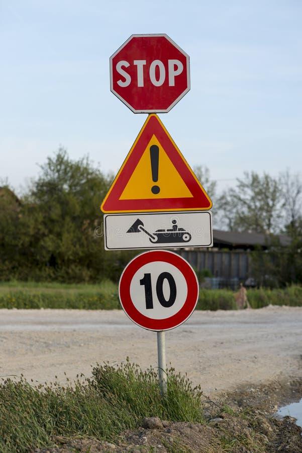 Дорожный знак работы в процессе стоковые фото