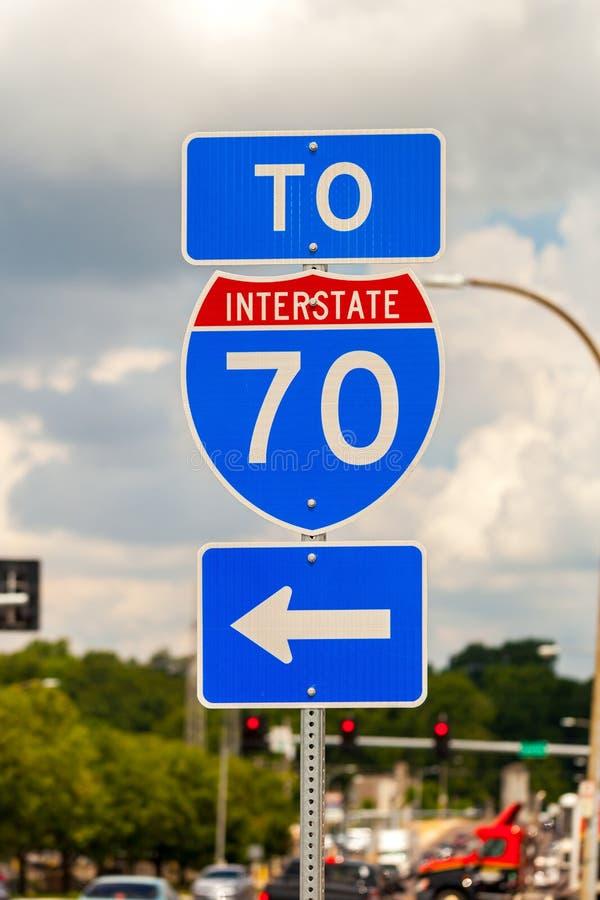 Дорожный знак сразу к межгосударственному шоссе I-70 стоковые изображения rf