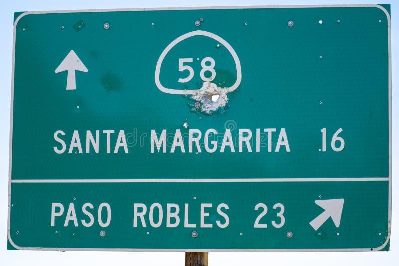 Дорожный знак шоссе в Калифорния дает направления на маршрут 58 государства шоссе, к или Santa Margarita или Paso Robles внутри стоковое изображение