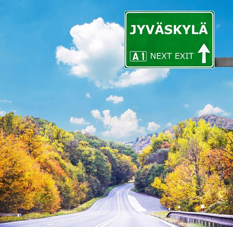 Дорожный знак JYVASKYLA против ясного голубого неба стоковое фото rf