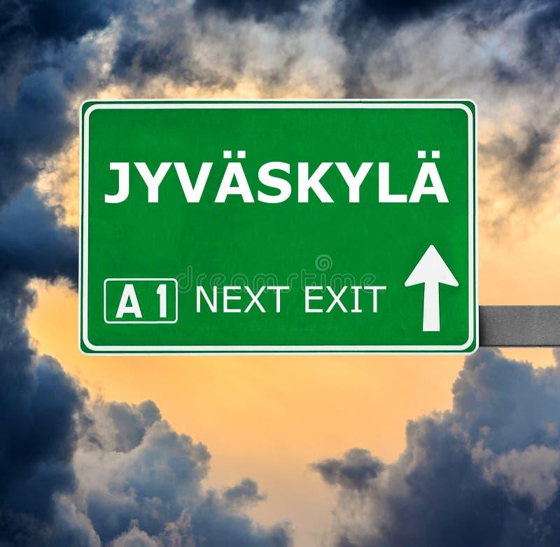 Дорожный знак JYVASKYLA против ясного голубого неба стоковое изображение rf