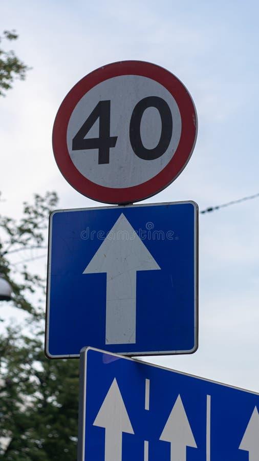Дорожный знак 40 km скорости Один знак пути стоковое фото rf