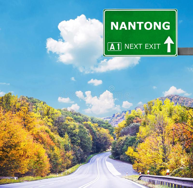 Дорожный знак NANTONG против ясного голубого неба стоковые изображения