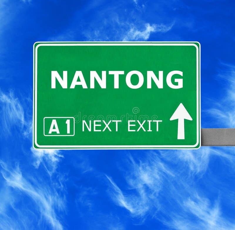 Дорожный знак NANTONG против ясного голубого неба стоковое изображение