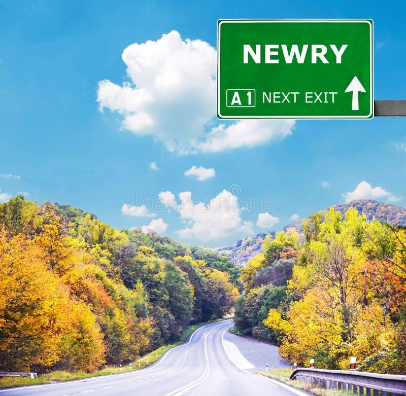 Дорожный знак NEWRY против ясного голубого неба стоковое изображение
