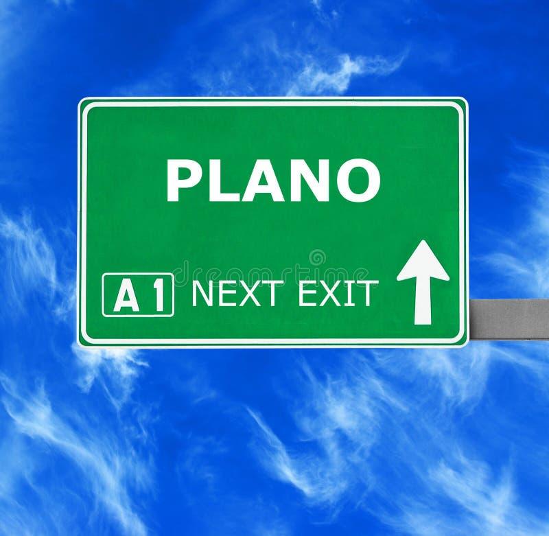 Дорожный знак PLANO против ясного голубого неба стоковое фото rf
