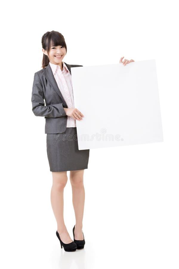 Доска азиатским владением бизнес-леди пустая пустая стоковое фото