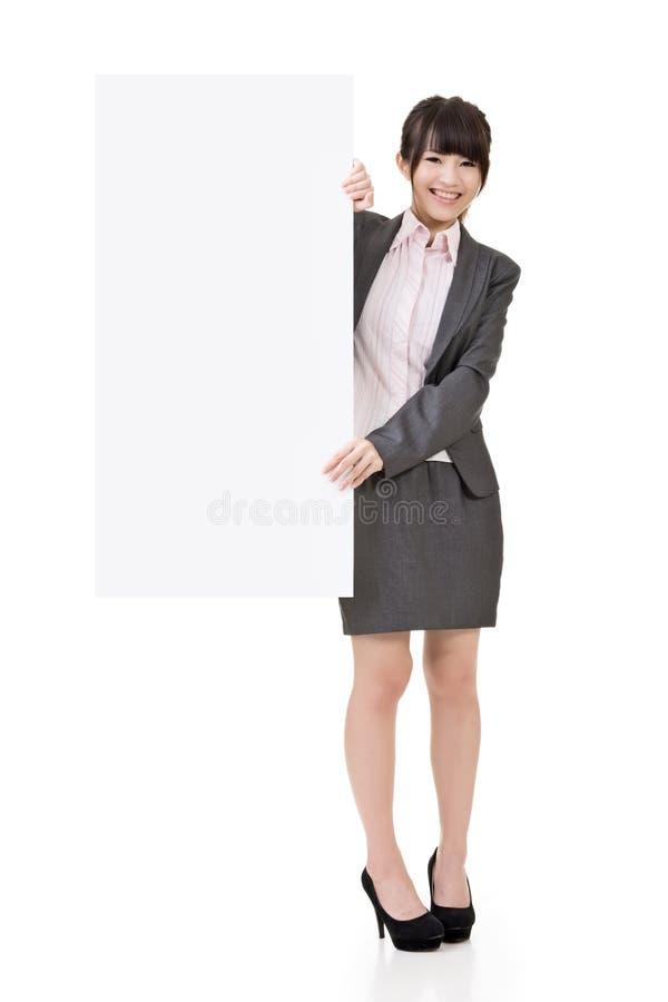 Доска азиатским владением бизнес-леди пустая пустая стоковые фото