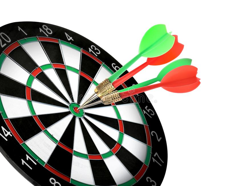 Доска дротика со стрелками цвета ударяя цель на белизне стоковое фото