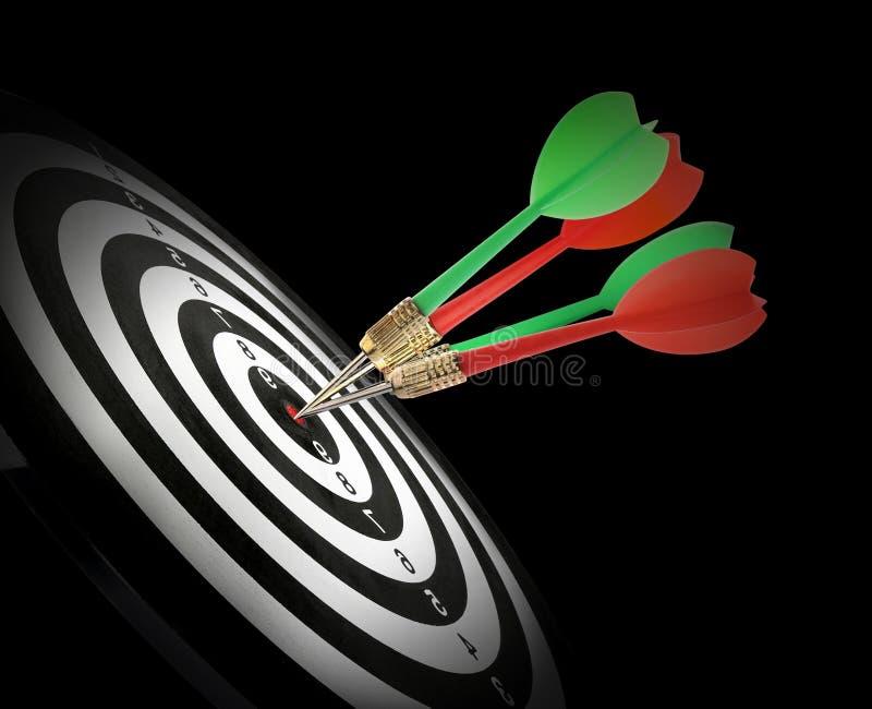 Доска дротика со стрелками цвета ударяя цель на черноте стоковая фотография rf