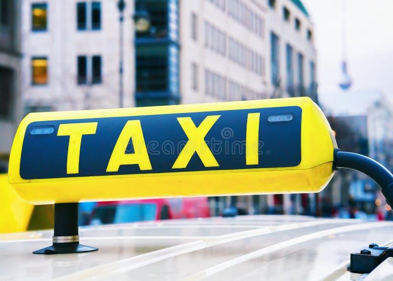Доска знака такси в улице Берлина Германии стоковое изображение