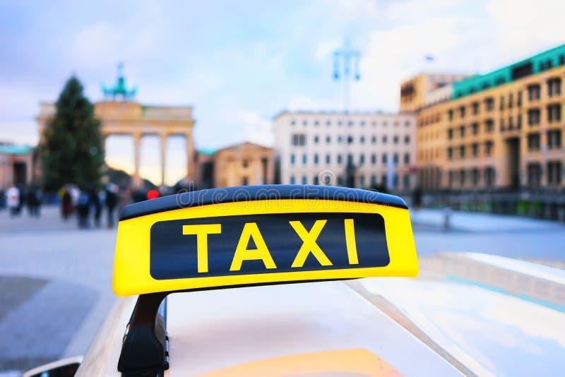 Доска знака такси в улице Бранденбургских ворот Берлина стоковые фото