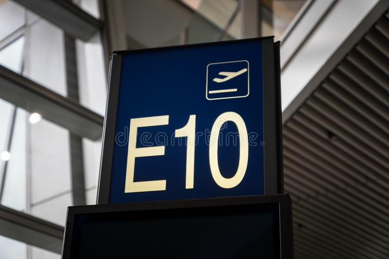 Доска знака числа строба восхождения на борт авиапорта в исходном районе стоковые изображения