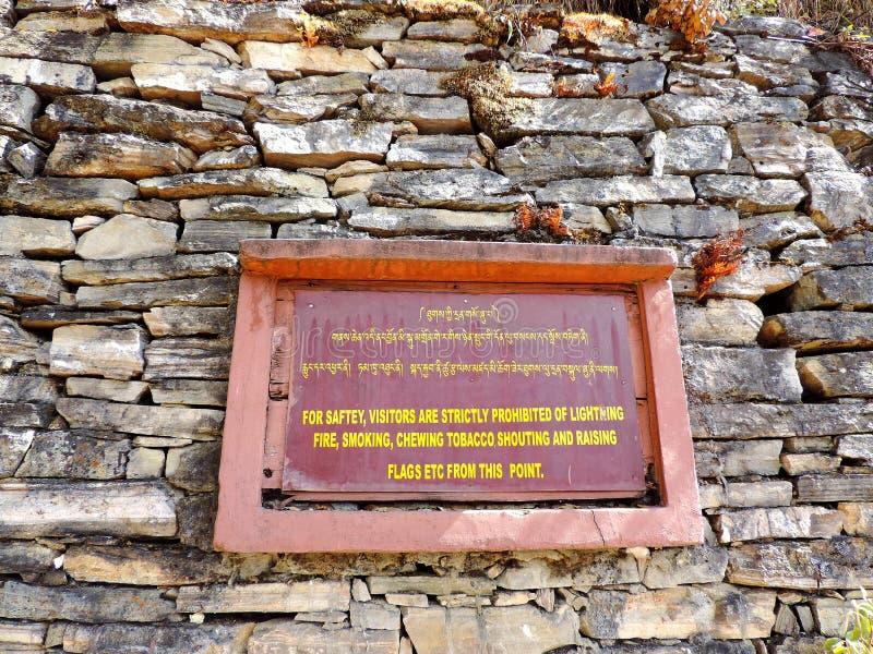 Доска инструкции на входе Paro Taktsang Бутана стоковые изображения rf
