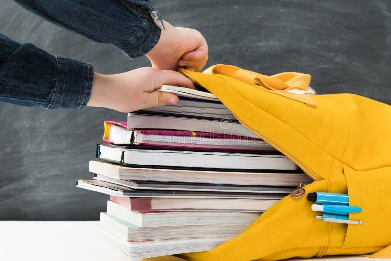 Доска книг рюкзака информационной перегрузки стоковая фотография