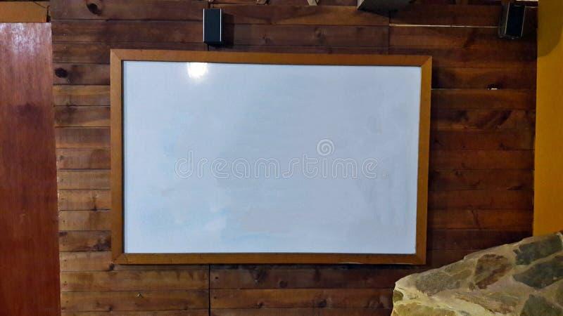 Доска конференции белая с деревянной предпосылкой стоковое фото rf