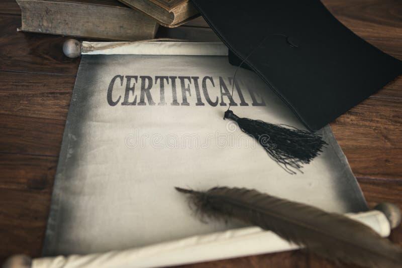 Доска миномета и диплом, аттестация текста стоковая фотография