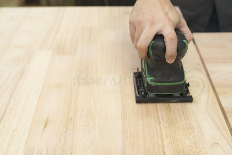 Доска плотника scrubbing деревянная в мастерской стоковое фото rf