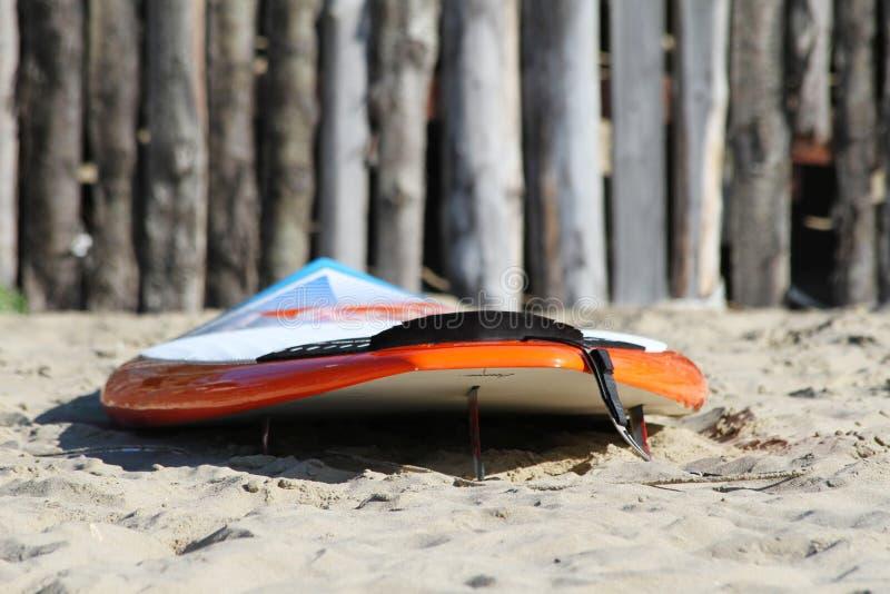 Доска прибоя на пляже Красочная доска прибоя на деревянной предпосылке стоковая фотография rf
