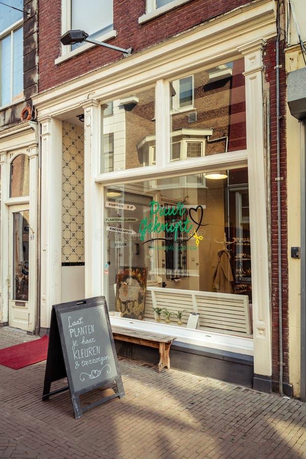 Доска рекламы вне салона парикмахерских услуг Puur Geknipt стоковое изображение