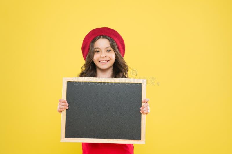 Доска рекламы для продвижения E продажи покупок школы ребенок на желтой предпосылке счастливая девушка на французском стоковые фотографии rf