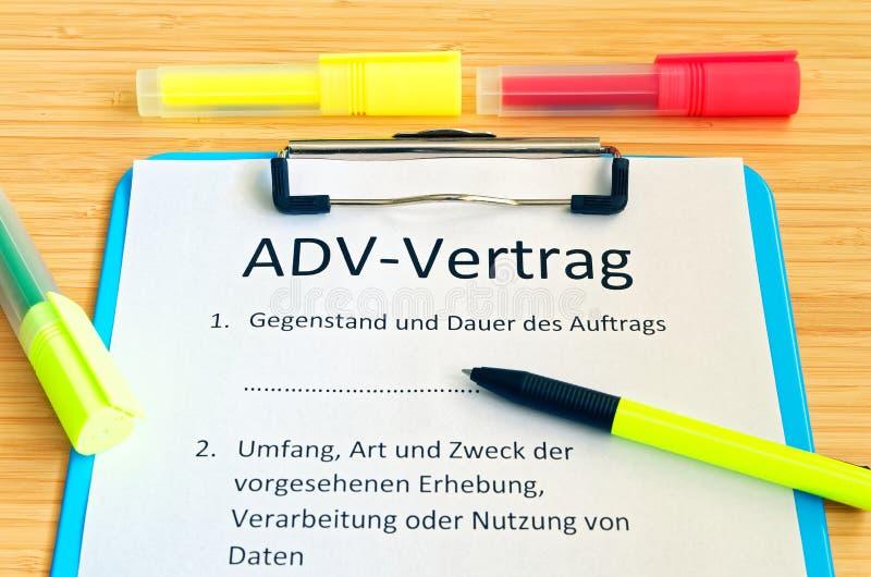 Доска сзажимом для бумаги с контрактом и надпись в немецких ADV-Vertrag в английских ADV заключают контракт и предмет и продолжит стоковые изображения rf