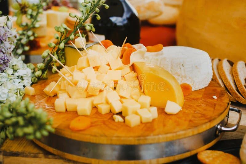 Доска сыра на деревянной и деревенской предпосылке стоковые изображения