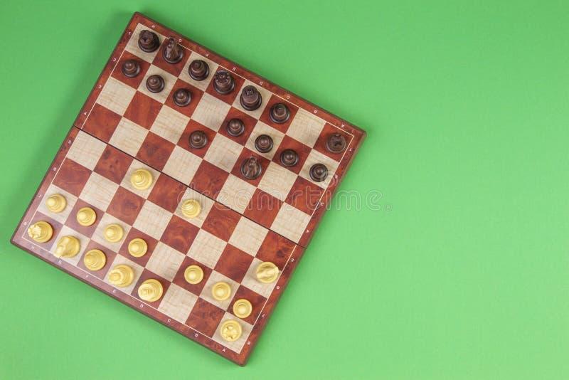 Доска с chesses на салатовой предпосылке, взгляде сверху стоковые изображения rf