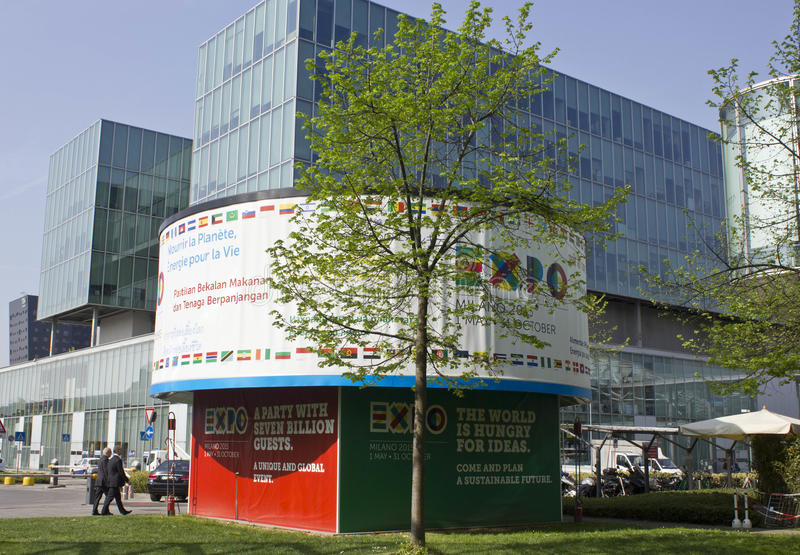 Доска экспо 2015 повышая внутри Fiera Милана стоковые изображения