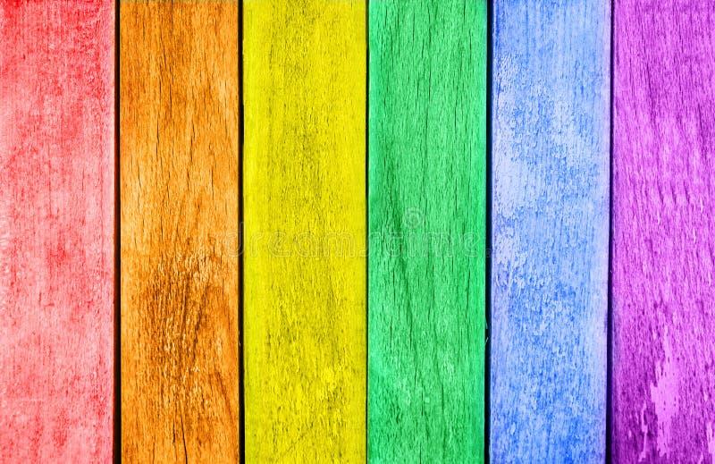 Доска LGBT покрашенная флагом деревянная стоковые изображения rf