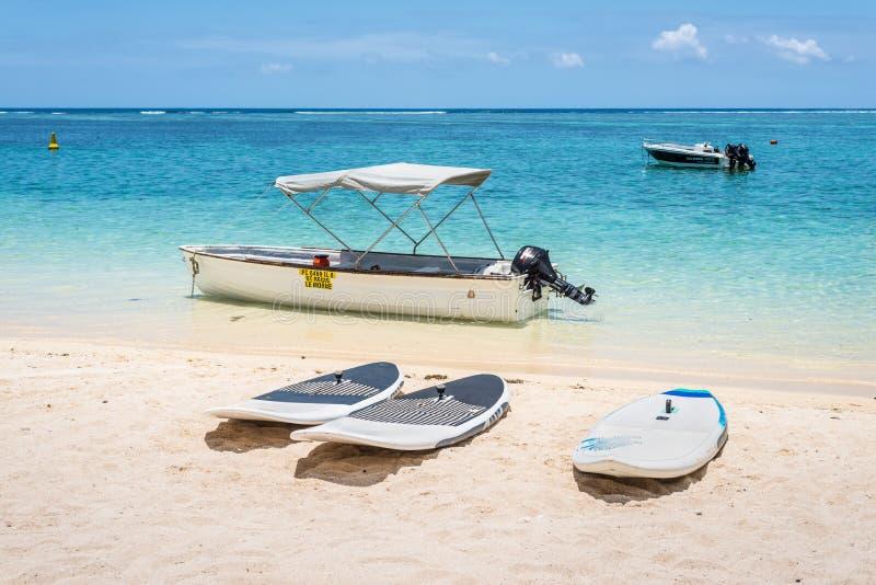 Доски и шлюпки виндсерфинга на Le Morne Пляже стоковые изображения