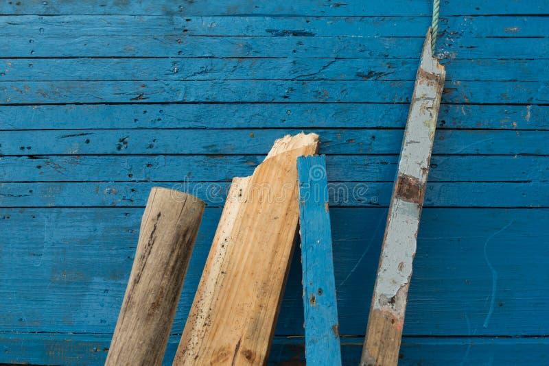 Доски полагаясь против голубой стены стоковые фотографии rf