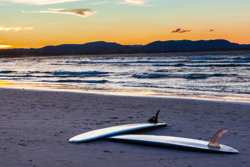 Доски прибоя на пляже стоковое фото rf